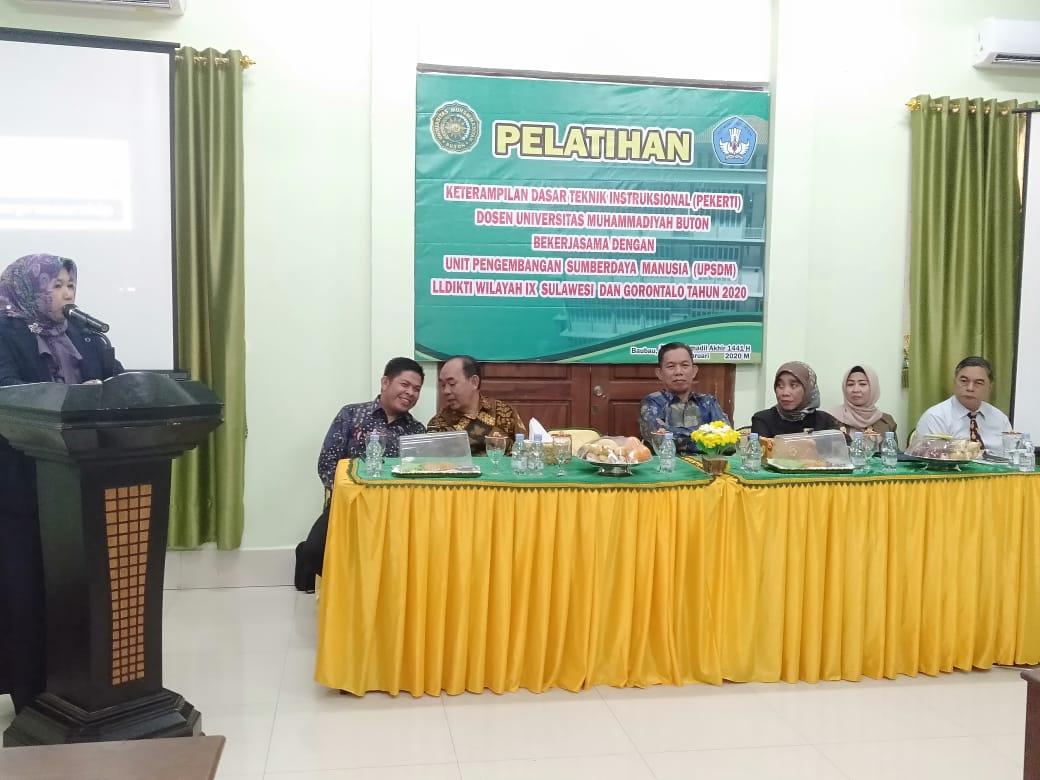 Rektor Al Zarliani dan para Tutor Pekerti di acara pembukaan Pelatihan Pekerti